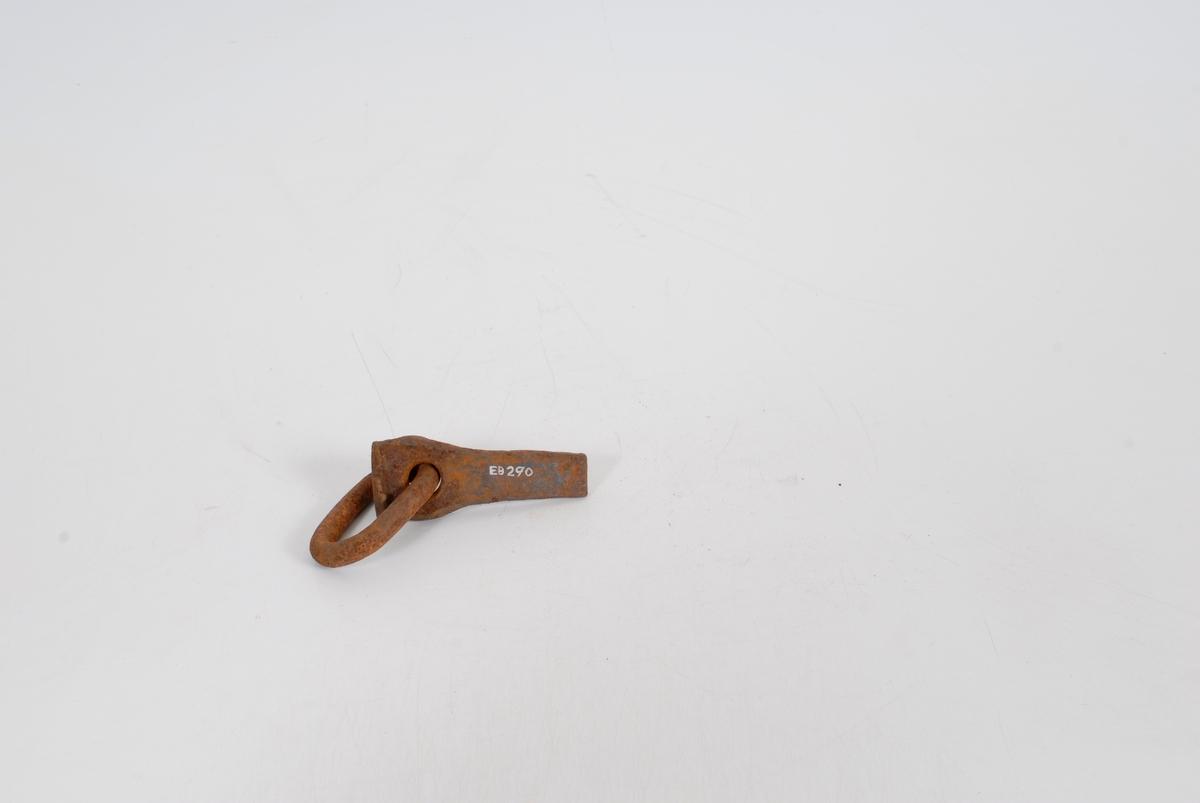 Form: Flatt jern, tynnere mot egg, rund, m. lekk for