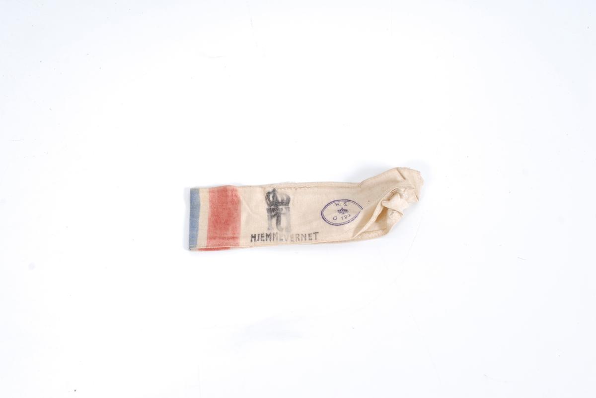 *23 Påtrykt rekt. felter i flaggfarger. Haakon 7. monogram med krone, sirkelformet emblem med H.S. og tallene 01221. Magasinet.
