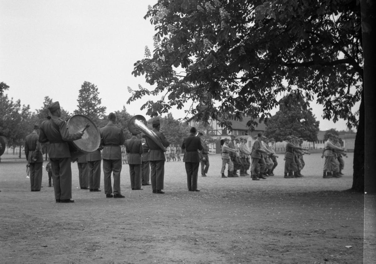 Militärorkester på övningsfält. Värnplikt vid Norrlands dragonregemente K4, Umeå, 1955-1956.