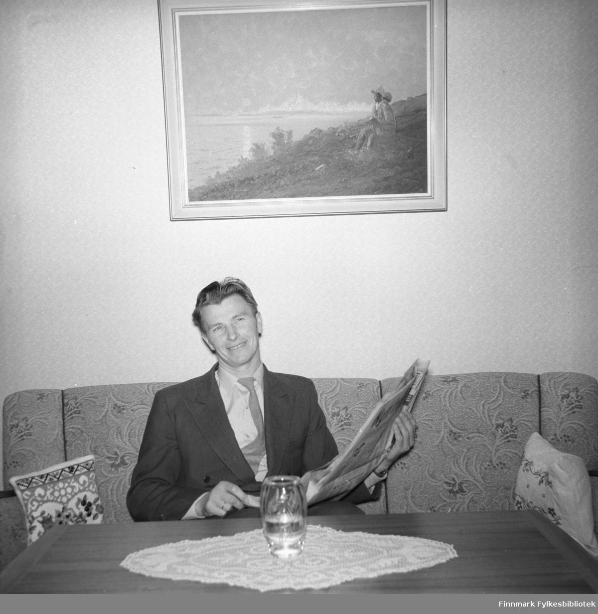 Eino Drannem sitter i sofaen og leser avisen hjemme i familiens leilighet.