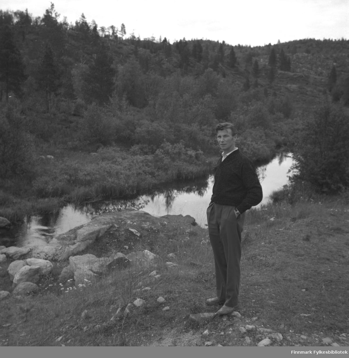 Eino Drannem fotografert foran en liten vannpytt, muligens i Neiden.