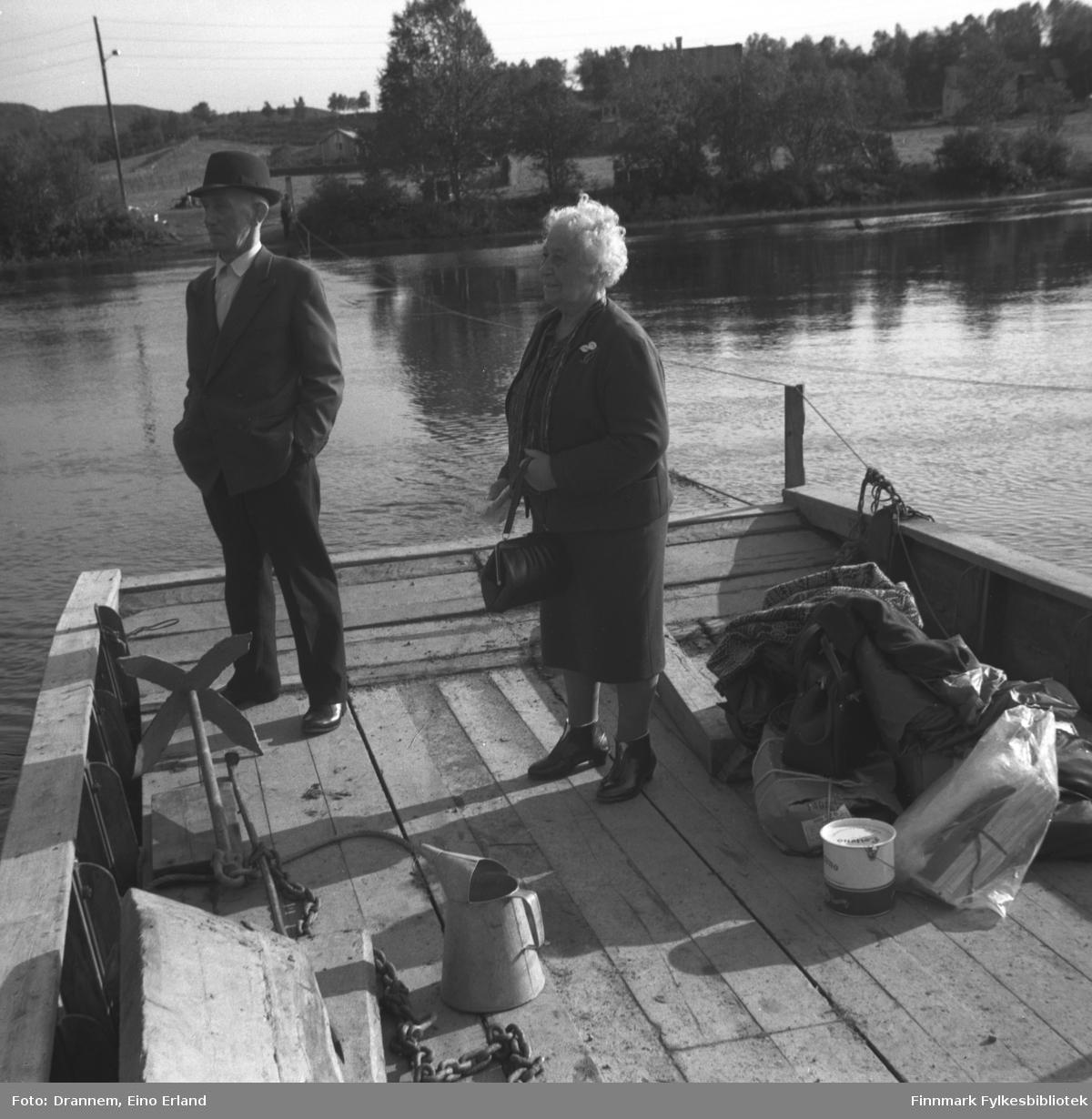 Einar og Kaspara Jonassen fotografert på ferga/prammen over Neidenelva.