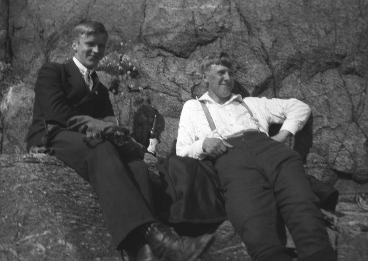 To kamerater av Leif Hauge på besøk i Vadsø. Personene er ukjente, men kommer fra Bergen.
