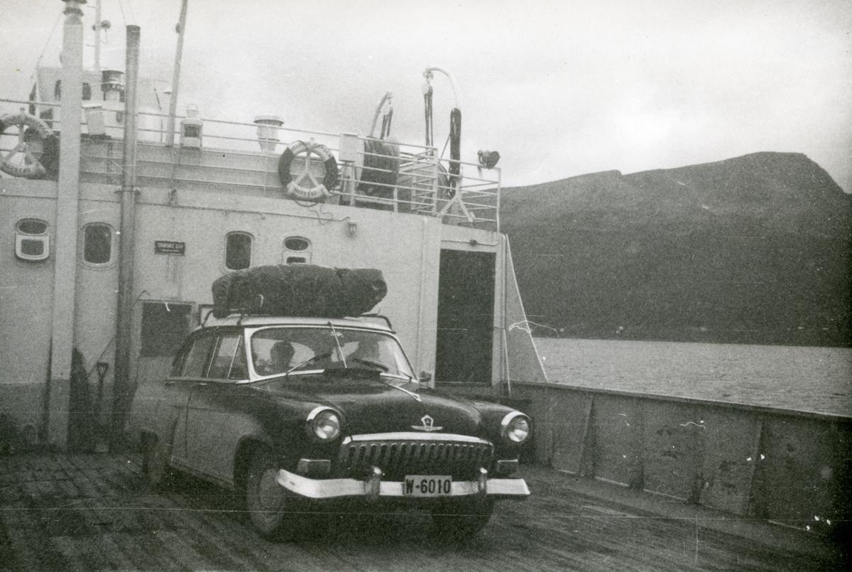 """Bildet er fra dekket på """"Tjeldsundfergen I"""". """"Tjeldsundfergen I"""" kjøpte Harstad-Opland Fergeselskap i 1947 fra Danmark, og bygde henne om til bilferge ved Danielsens Båtbyggeri i Harstad. 30.07.1948 åpnet ferga sambandet Refsnes-Flesnes, og ble gående fast her frem til 1969, deretter brukt som reserveferge her fram til i 1971. Bildet er tatt etter ombygging, hvor salongen ble utvidet, men årstall for ombyggingen er dessverre ukjent. (Kommentar fra Kristian Horsevik.)"""