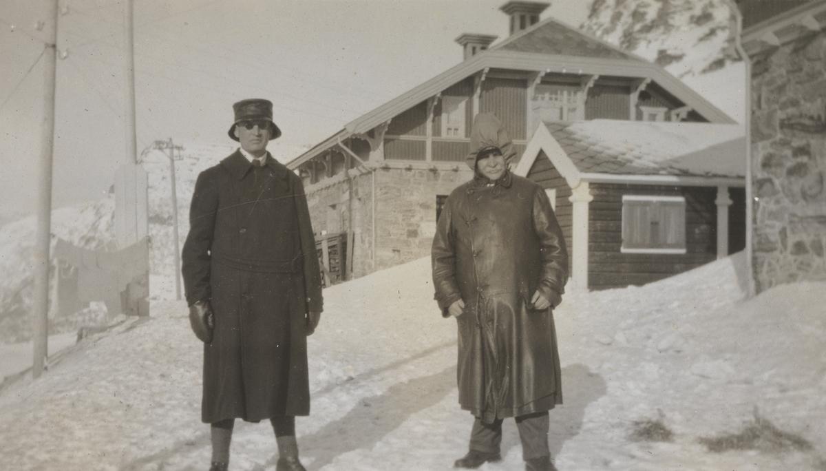 Baneinspektør Robert Lorange og banemester Nils Romslo på Myrdal stasjon.