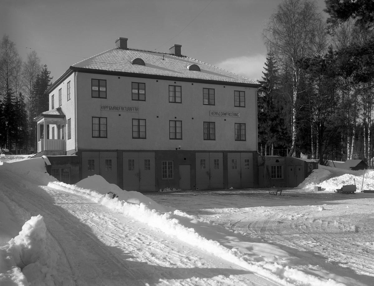 Affärs- och bostadsfastighet i Grums plåtad år 1930. Ytterligare info finns i kommentarsfältet.