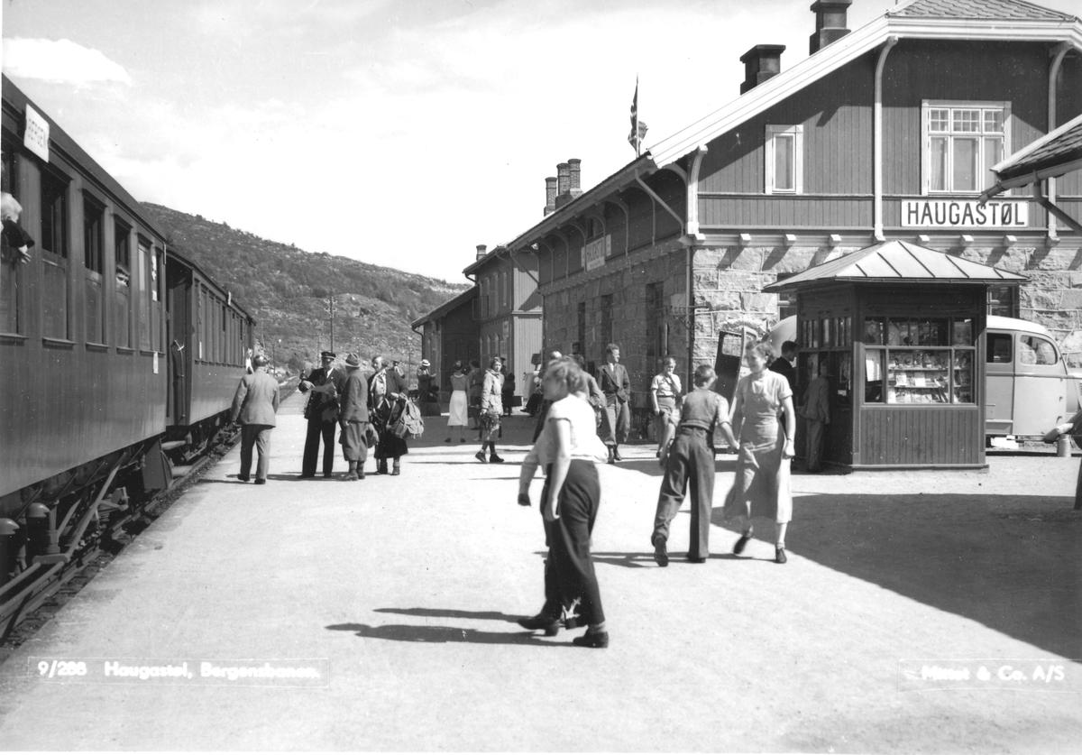 Tog til Bergen på Haugastøl jernbanestasjon .
