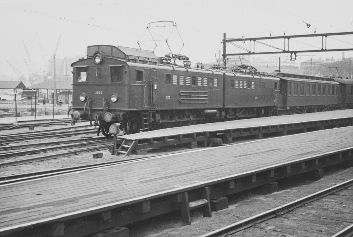 Persontog på Oslo Ø trukket av elektrisk lokomotiv type El. 3. Lokomotivet er bygget for Ofotbanen, men var lånt ut til Oslo distrikt fra 1939 til 1941.