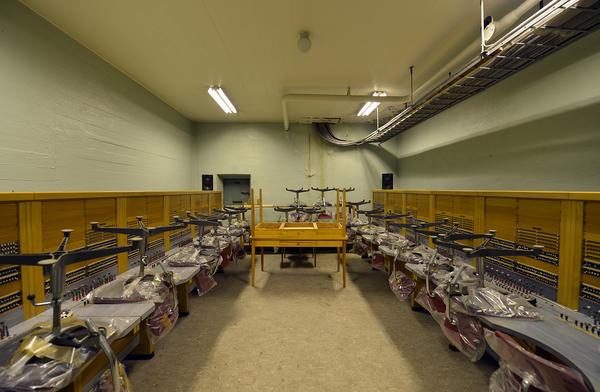 Innvending bilde av Åsen nødsentral. Bunker med kontorstoler og skrivepult.. Foto/Photo