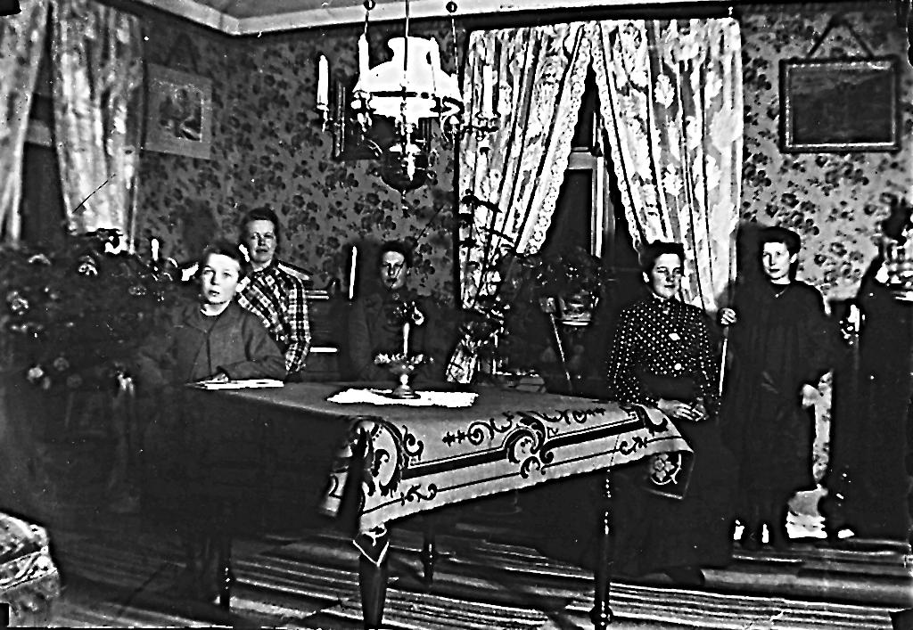 Interiörbild med fem personer.