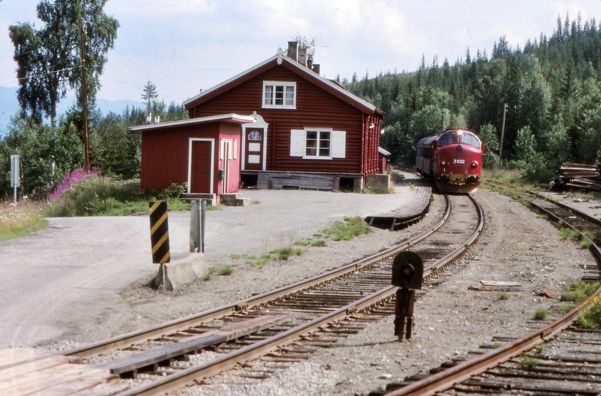 Etna stasjon på Valdresbanen. NSB persontog 281 Oslo S - Fagernes ankommer.