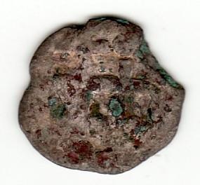 Mynten er vanskelig å tyde grunnet slitasje og belegg. Eksemplaret har 3 kanthakk/skader, samt endel irrflekker.
