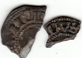 To små deler av en mynt i halvpenning-størrelse. Godt preg på begge sider. Mørk patina.
