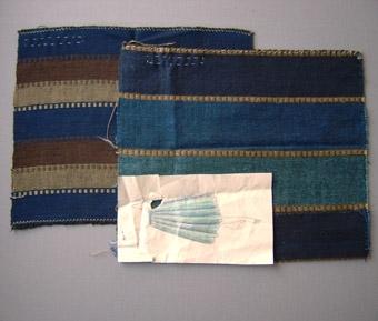 Dessa prover är vävda i tuskaft i en svart bomullsvarp. WLHF-0206:1 Detta prov har lingarn i inslag, provet har 5 cm breda ränder i tre olika blå toner mellan varje färgbyte har man 0,5 cm rand i gulbrunt med flotteringar. Provet sitter fast på en skiss på en kjol, provet mäter 240*280 mm. Höger på bild A. Scannad bild av kjolskissen finns i Tillbehör.  WLHF-0206:2 Detta prov har cottolin i inslaget. Provet har 3 cm breda ränder i blått, grönt och brunt. I varje rand har man vävt in 4 inslag med floteringar. Det blå har grönt, det gröna har brunt och på det bruna är det blått. Provet mäter 220*280 mm. Vänster på bild A. WLHF-0206:3 Detta prov har cottolin i inslaget och har en oregelbunden randning i grönt, brunt, orange, grått och gult. Provet mäter 470*255 mm. Höger på bild B. WLHF-0206:4 Detta prov har cottolin i inslaget med olika breda ränder i blått, brunt, lila och gult. Provet mäter 345*225 mm. Mitten på bild B. WLHF-0206:5 Detta prov har cottolin i inslaget med olika breda ränder i lila, brunt, grått och rosa. Provet mäter 400*260 mm. Vänster på bild B.