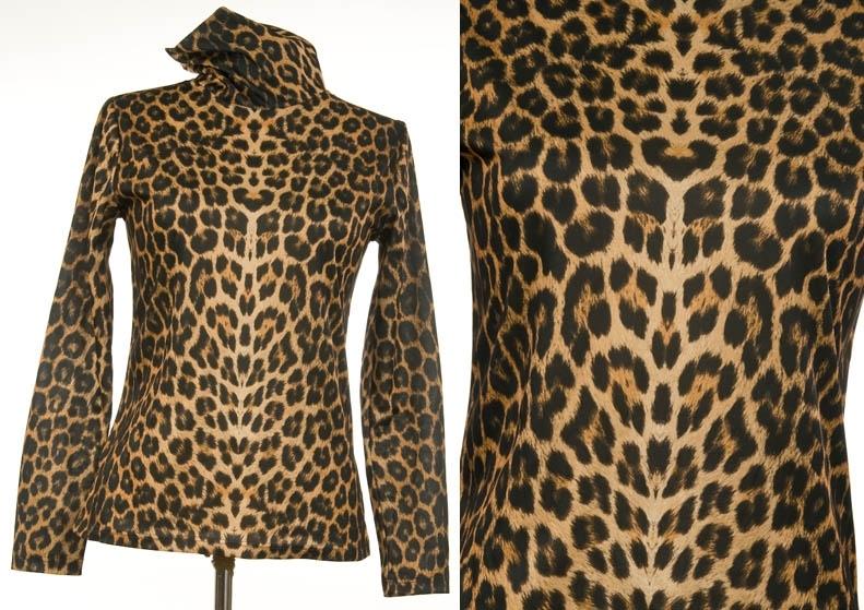 Tynn, glatttrikket trikot. leopardmønstret selskapsgenser. Lange ermer, høy hals.  Giver og bruker: Aase Weydahl-Ottesen