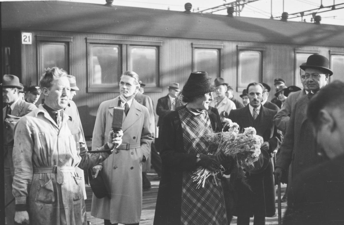 Leni Riefenstahl, tysk skuespillerinne, ankommer Oslo Ø med tog.