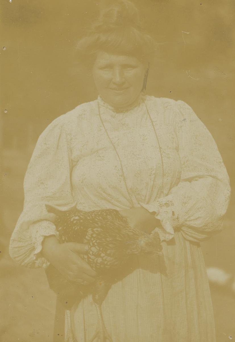 Aagot Singdahlsen med høne.