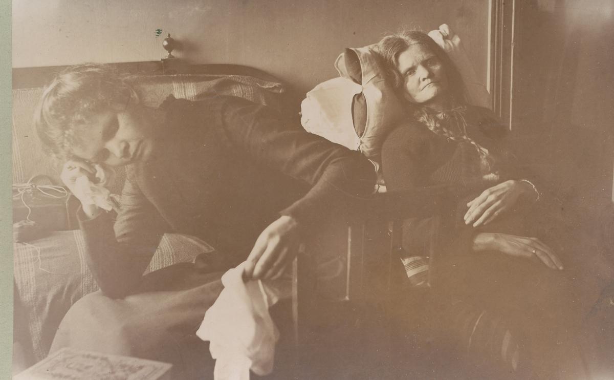 Syk og ulykkelig, Emma og Johanne Valstad