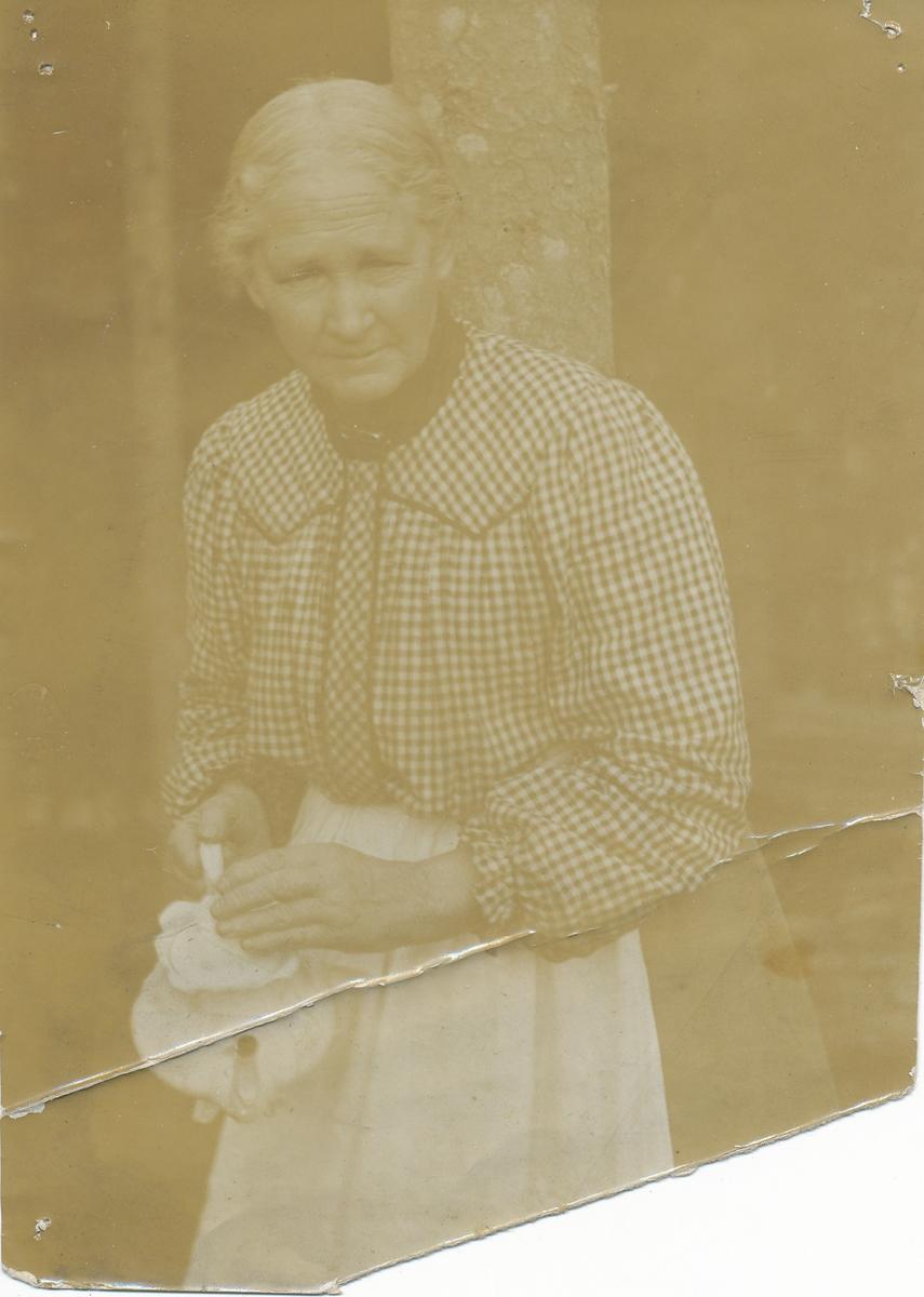 Birgitte Groseth, søster av Lisa Valstad, serverer te.