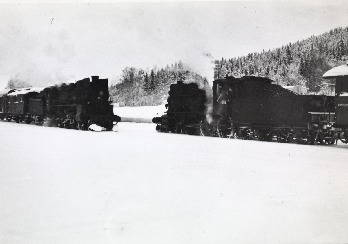 Kryssing mellom nordgående og sørgående godstog på Grinder stasjon på Solørbanen. Damplokomotiv type 26c 433 til venstre og type 27a 234 til høyre.
