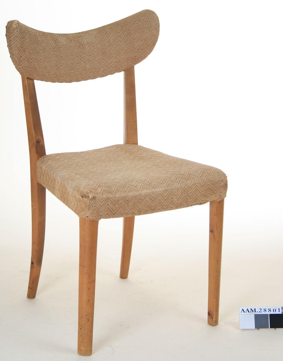 Sargens fire deler er tappet inn i stolbena. Møbelstoff på sete og ryggbrett er av vevd materiale,  krisevare fra siste periode av 2.verdenskrig. Også materiale til polstring er krisevare. Setetrekk festet direkte til sargen. Synlige deler av tre er lakkert. Tilstand: Høyre hjørner av ryggbrett og sete er avslitt.