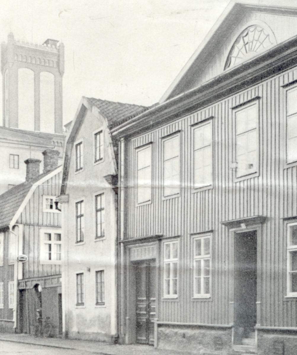 Synagogan var fram till 1930 inrymd i Kv Krögaren 3, Södra Långgatan 48. Den låg i övervåningen, den reveterade byggnaden med gaveln mot gatan.