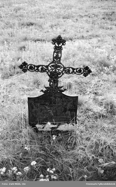 April 1968. Polmak. Jernkors på kirkegård, fotografert av Ole Zahl Mölö.
