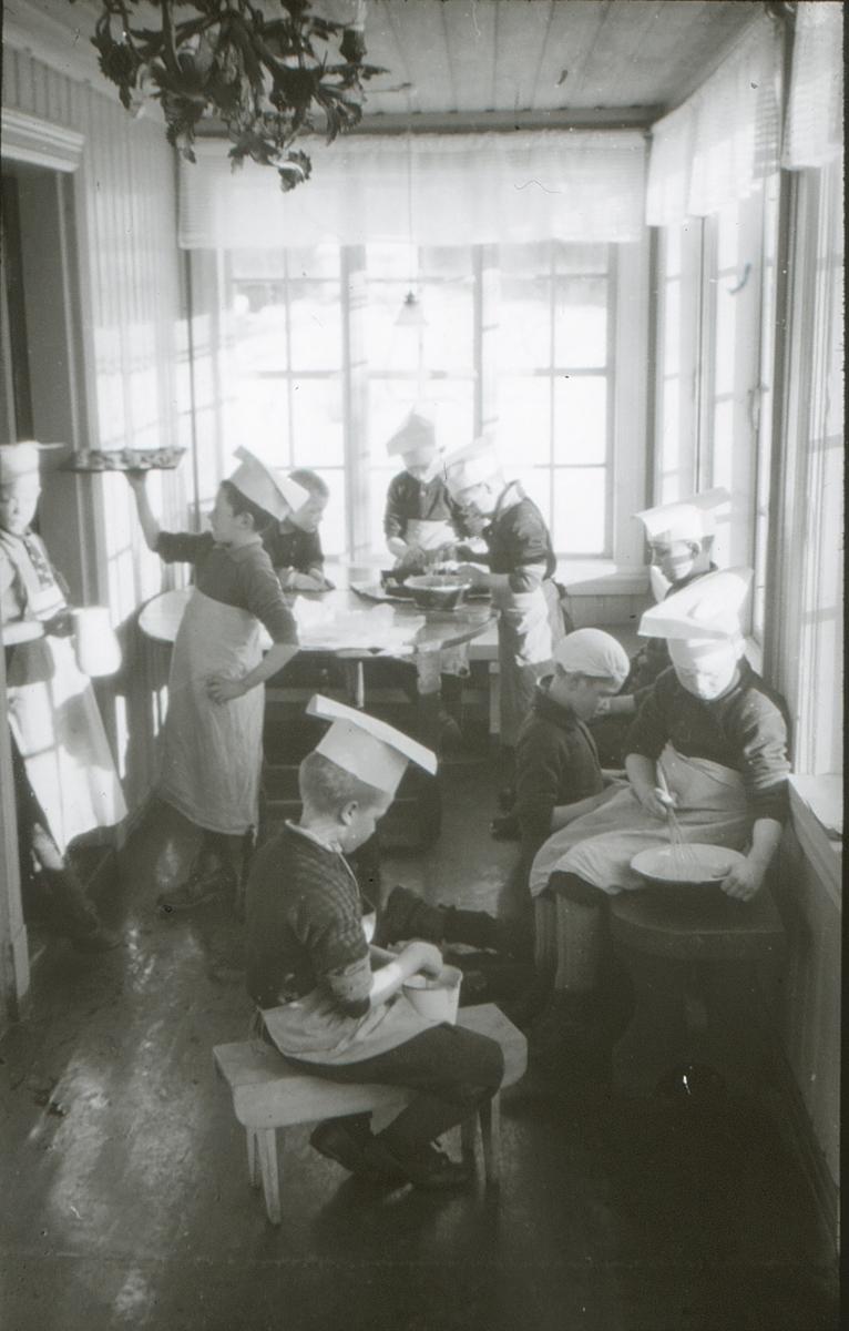 Gutter på friluftsskolen Vangen lager mat.