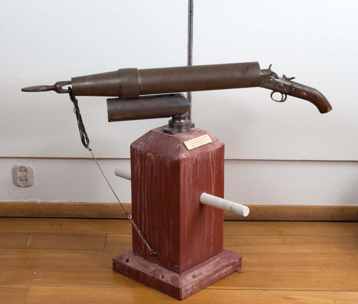 Redningskanon/gevær for redningsline med fundament for montering på skipsdekk. Har vært ombord i redningsskøyten CHRISTIAN BØRS.