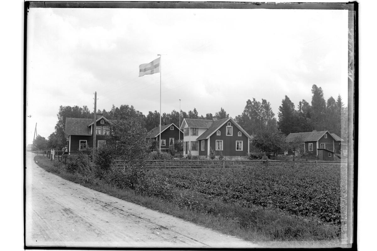 En och en halvplans bostadshus och ekonomibyggnader.J. A. Jonsson