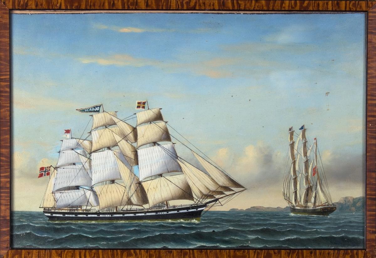 Fullrigger OCEAN på åpen sjø med full seilføring, flagg med sildesalat i akter. Til høyre i motivet sees skipet fra akter.