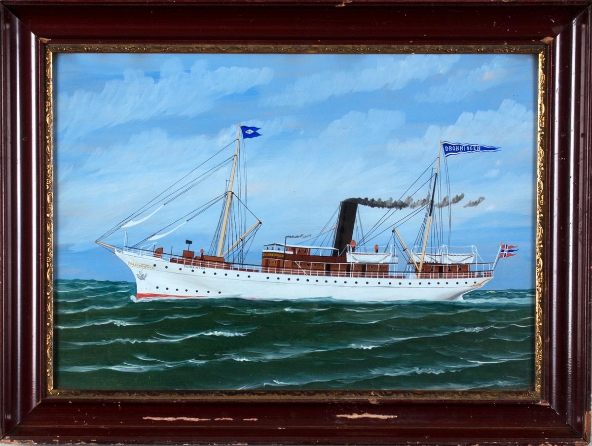 Skipsportrett av DS DRONNINGEN under fart i åpen sjø. Har tollflagg akter.