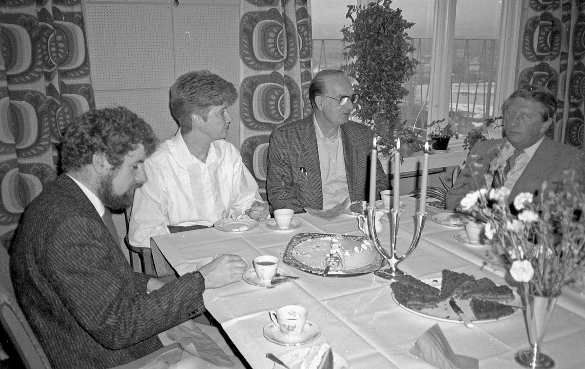 Kaffeselskap - fire personer, 3 menn og en kvinne.