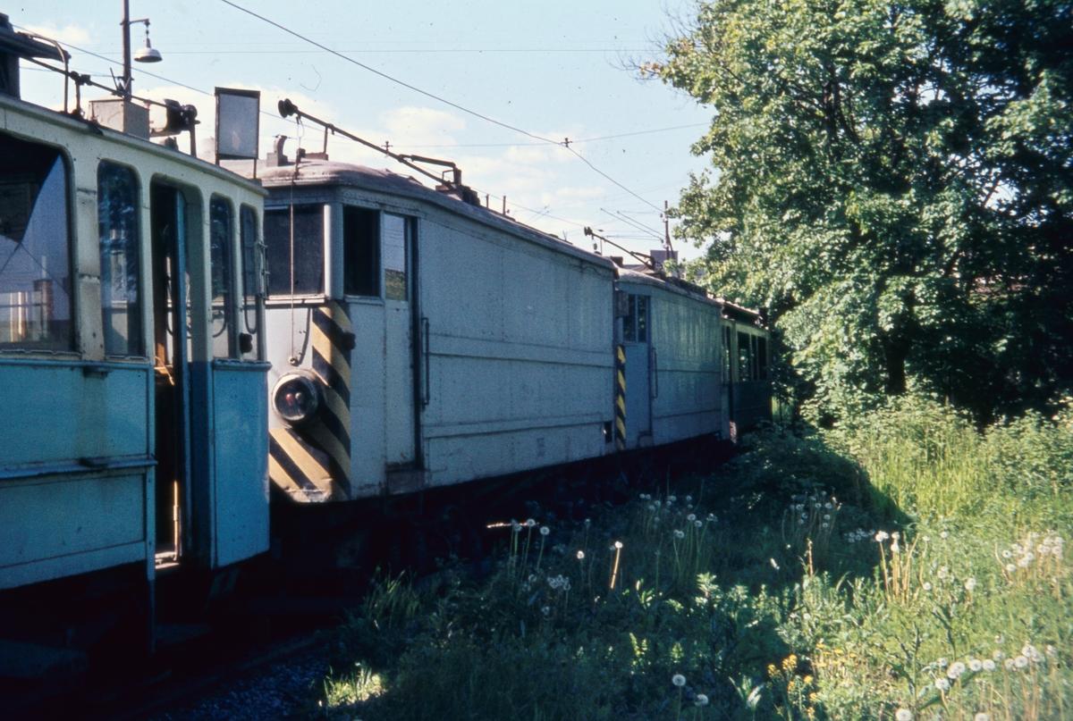 "Oslos to korntrikker på huggesporet, også kalt ""Bringebærsporet"", Vålerenga trikkestall. Fremst vogn 355, bak nr 354."
