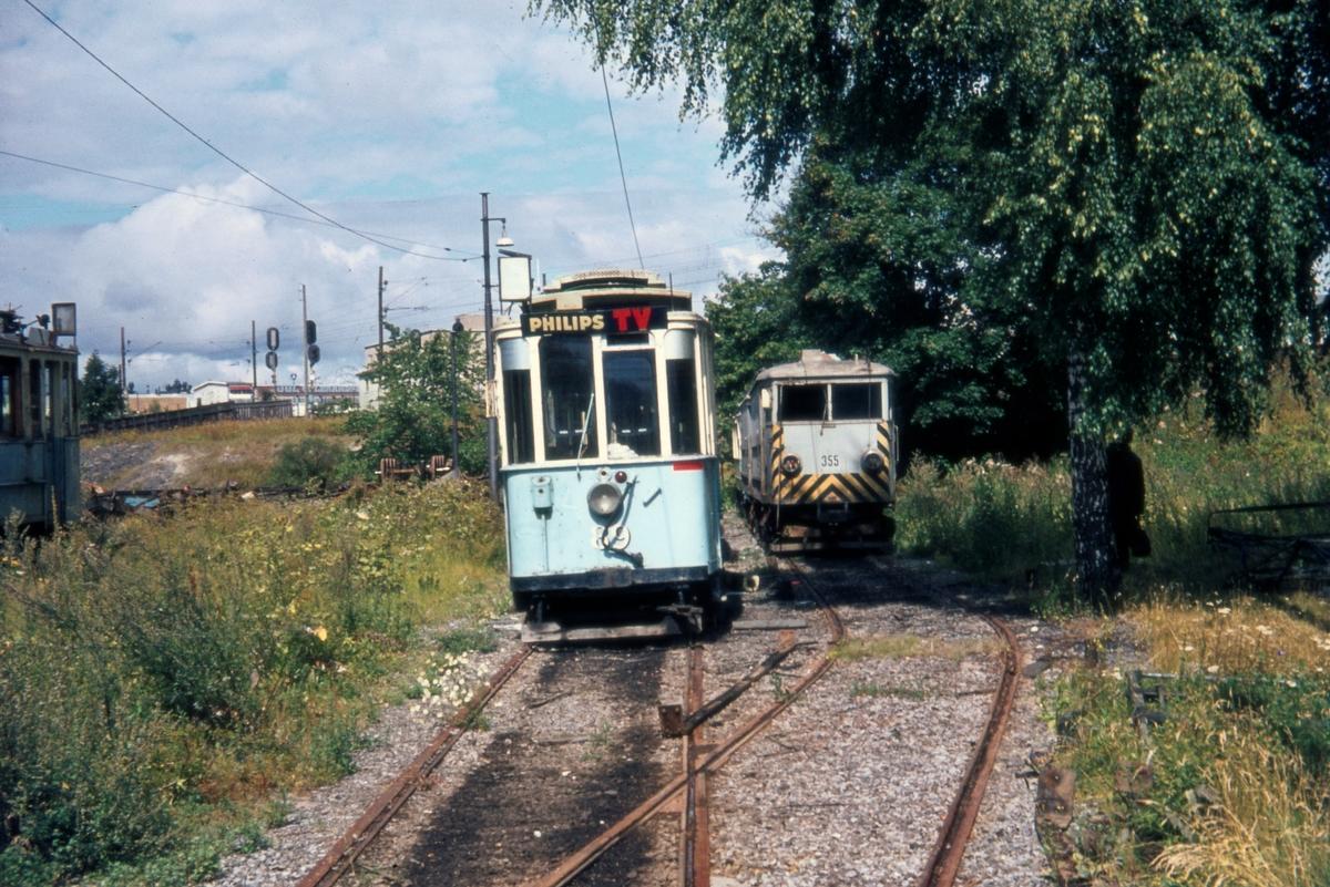 Utrangerte sporvogner avventer hugging. Vogn 89 til venstre og korntrikk 355. Vålerenga trikkestall