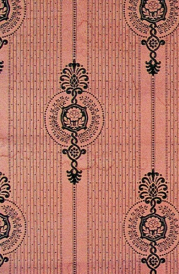 Wienerjugendornament i diagonalupprepning över en smalrandig bakgrund dekorerad med  prickmönster. Tryck i olivgrönt på ett ljusbrunt genomfärgat papper.         Tillägg historik: Tapet funnen på vinden till Stenkilsby 1:2