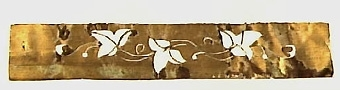 Enligt liggaren förvärvad till museet genom byte.   Neg.nr: 1986-0012 Sakord: SCHABLON Tillverkningstid: 1880-1900 Material: MÄSSING Teknik: STANSAT Mått: L=155  B=27  TJ=0,1 Vikt: