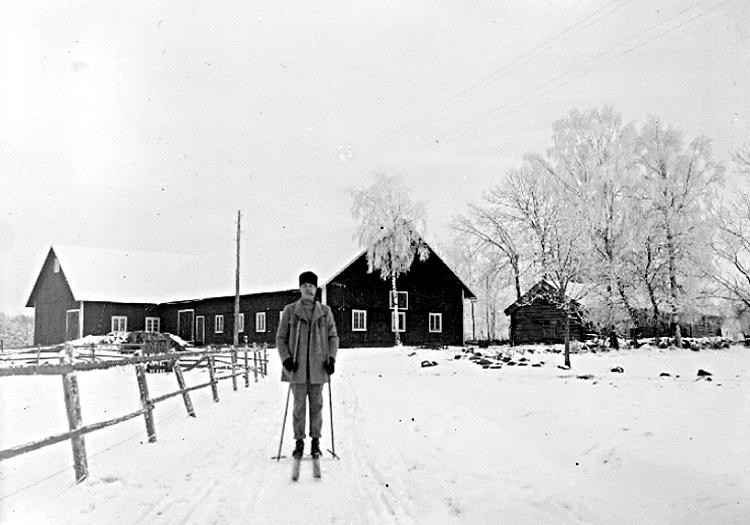 Bildtext: Ekby. Östergården. Valdemar Walldén på skidfärd. År 1920-talet.