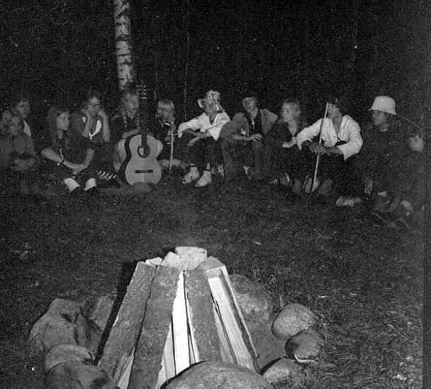 Thure Elgåsen, f. 26/6-1910. d. 6/9-1985. Tivedenkännare, konsthantverkare, scoutledare och hembygdsföreningsman. I övrigt se personarkiv i Västergötlands museum, Skara.