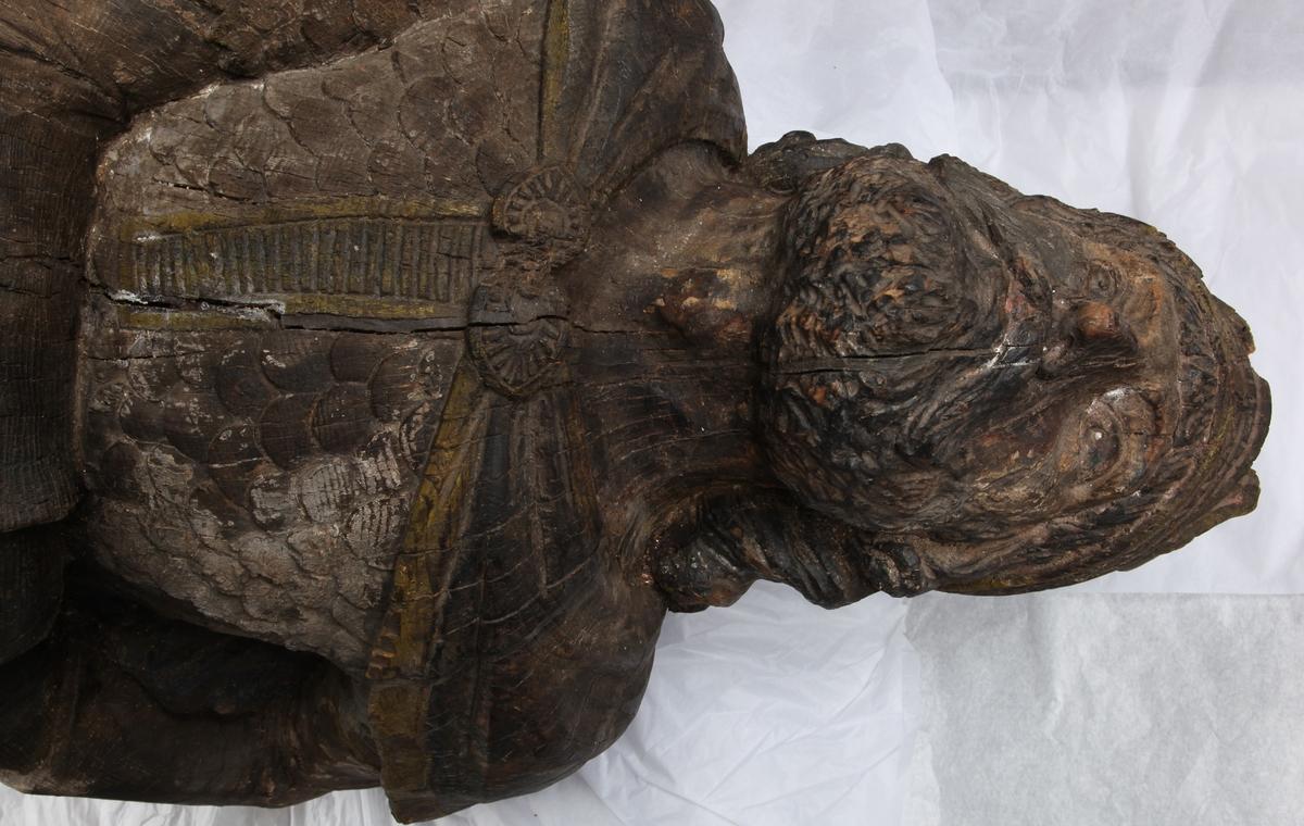 Gallionsfigur fra bark ODD, bg. 1891. Figuren forestiller en viking med brynje, i ferd med å dra sverdet ut av sliren