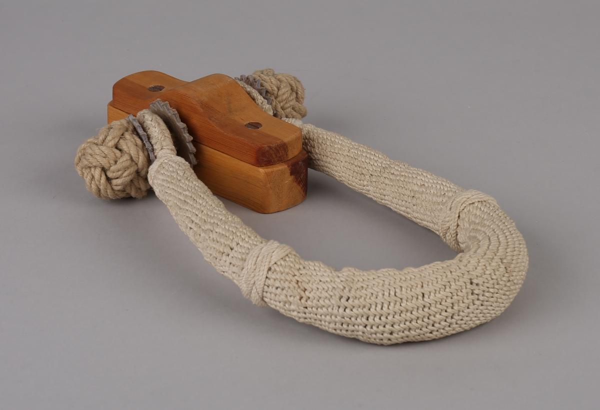 Sjømannskiste-stropp dekorert med tau og skinn. Festet til trestykke.
