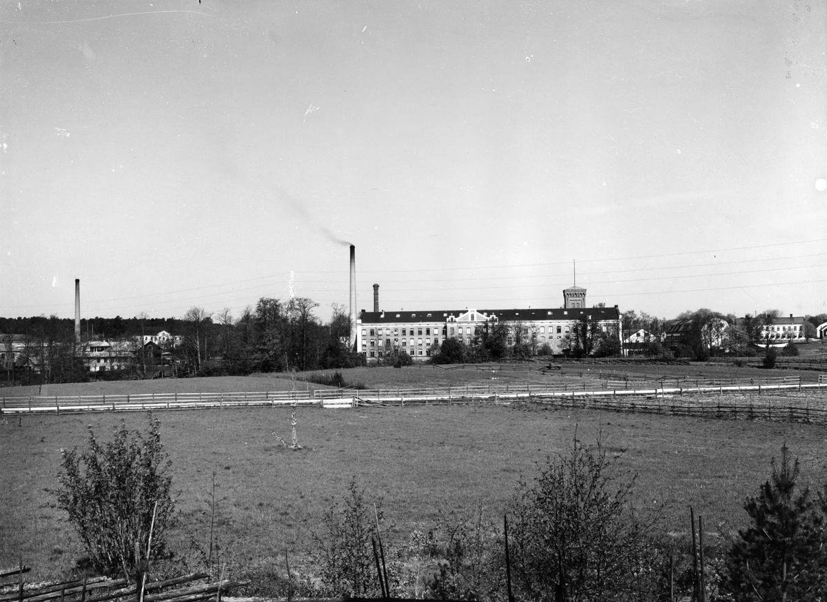 Gefle Manufaktur AB grundades 1849. ett av Sveriges förstabolag enligt aktiebolagslagen av grosshandlaren E.D. Engelmarki Stockholm, Aftonbladets grundare Lars Johan Hjerta och Per Murén, Gävle, som blev fabrikens försteledare och behöll den positionen ända fram till 1883.Han efterträddes av Elam Höglund, som liksom Murén behöll VD-posten i 34 år. Höglunds efterträdare Gunnar Höglund stannade i 30 år 1918-1948. Textilfabriker i England var förebilder, ritningar utfördes av William Fairnbairn Son, Manchester. Byggnadstekniska nyheter som gjutjärnskolonner kunde göra vävsalarna stora och blev en föregångare bland svenska industrilokaler. Vävmästare, väverskor, spinnare och mekaniker hämtades till en början från England. William Owens, ledaren för såväl bygget som verksamheten vid fabriken,  byggdes intill kronobränneriet. Flickbyggningen för ogifta arbeterskor uppfördes liksom Engelska byggningen för engelska förmän. Fabriken hade stor produktion och ända upp till 400 anställda.