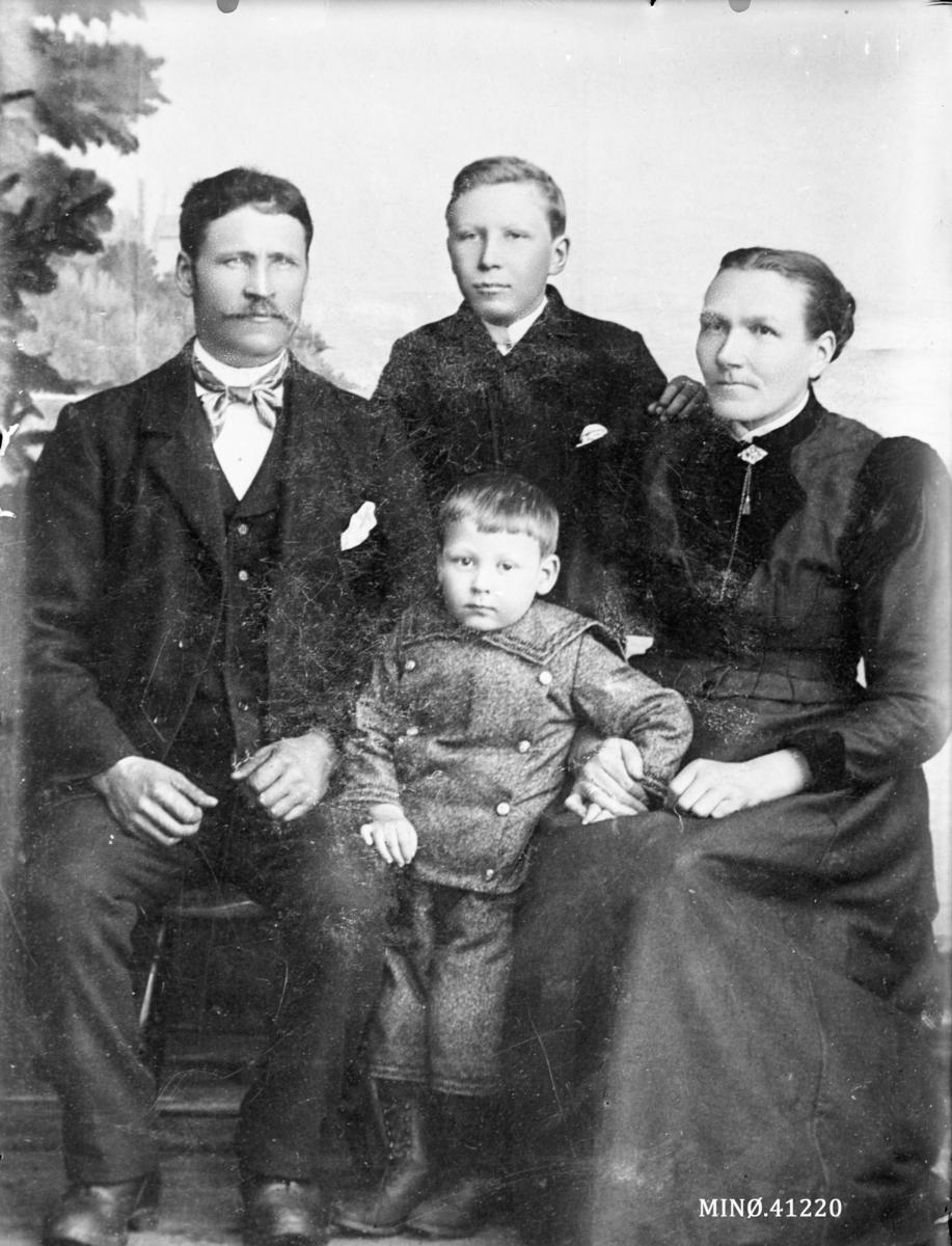 Familiebilde. Ingrid Lindgreen (født Dalen 16.12.1851, død 27.10.1928) med mann og to sønner. Sønnen Karl i midten bak.