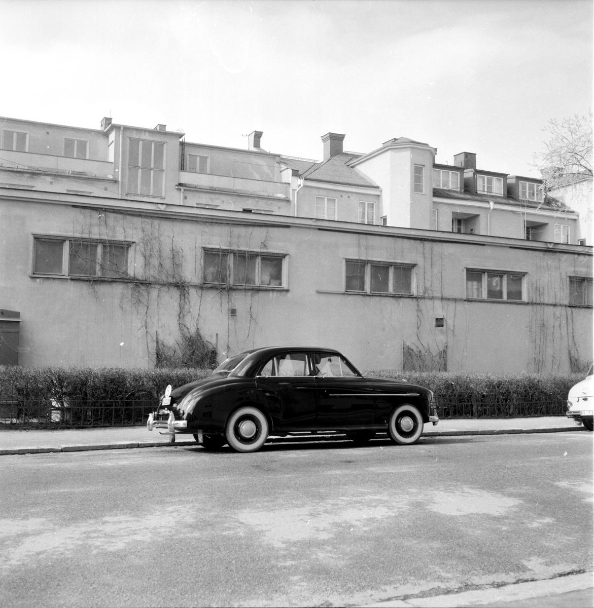 BIl och byggnad i bakgrunden, 1958.