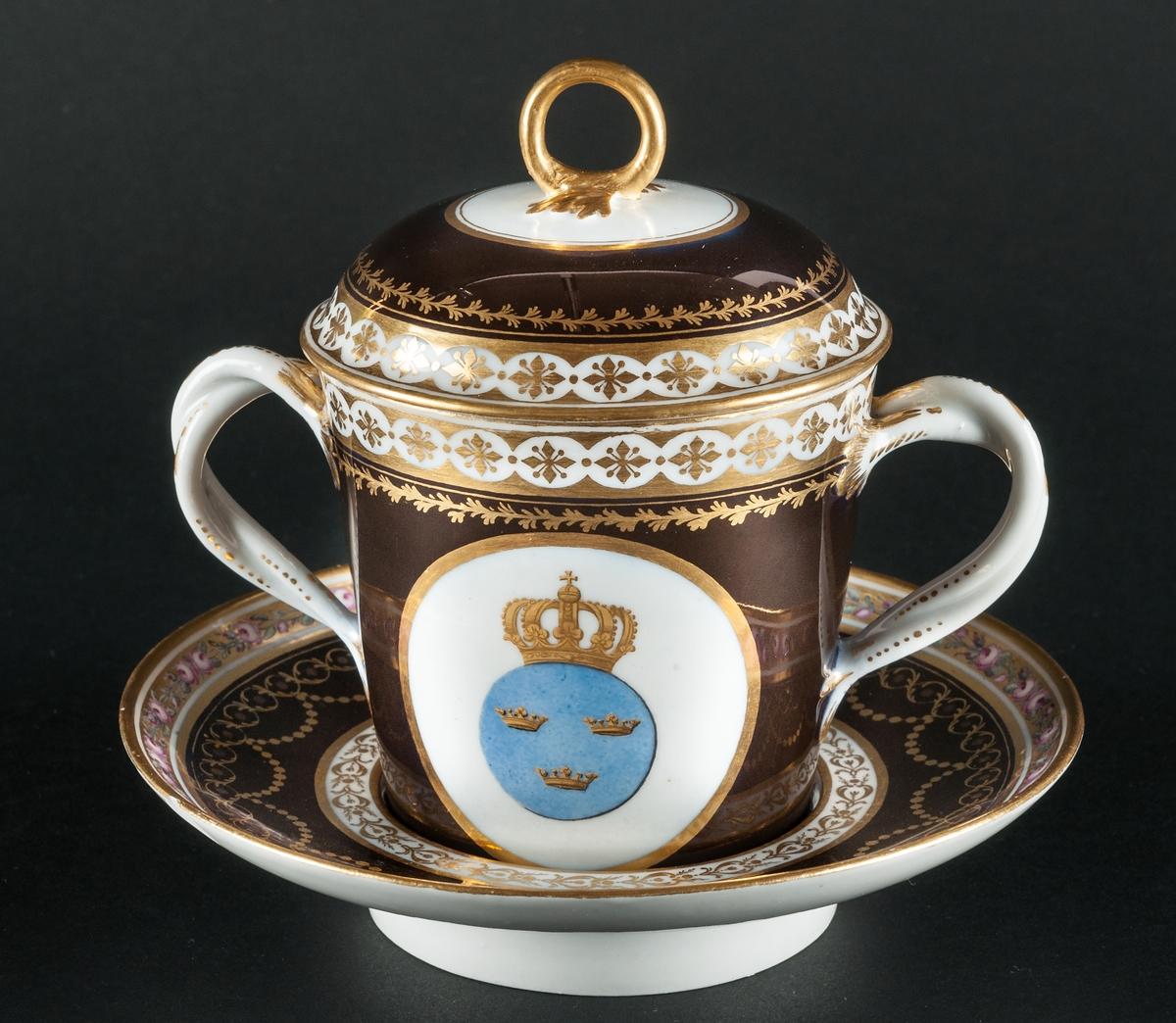 Kejsarinnans kopp med fat från S:t Petersburg 1792-1796. Koppens höjd 9 cm, fatet 16 cm i diameter. Koppen är en gåv a av kejsarinna Katarina II till Gustav !V Adolf. Koppen som är dekorerad i blått,brunt, guld och rosenslingor har GustavIV Adolfsnamnskiffer på ena sidan och lilla Svenska riksvapnet på den andra. Koppen, en choklad kopp har två snodda grepar och ett lock med en mittögla. Koppen förvärvades till Gävle museum i samband med nyinvigningen av konsthantverkssalarna 1967.