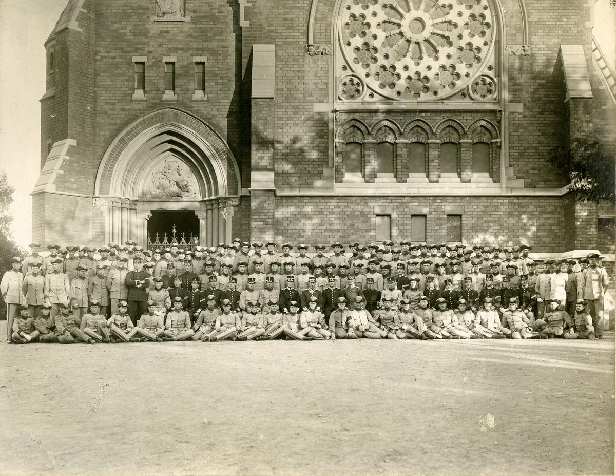 Studentkompaniet vid Svea livgarde I 1, stående och sittande framför Engelbrektskyrkan i Stockholm 1915.
