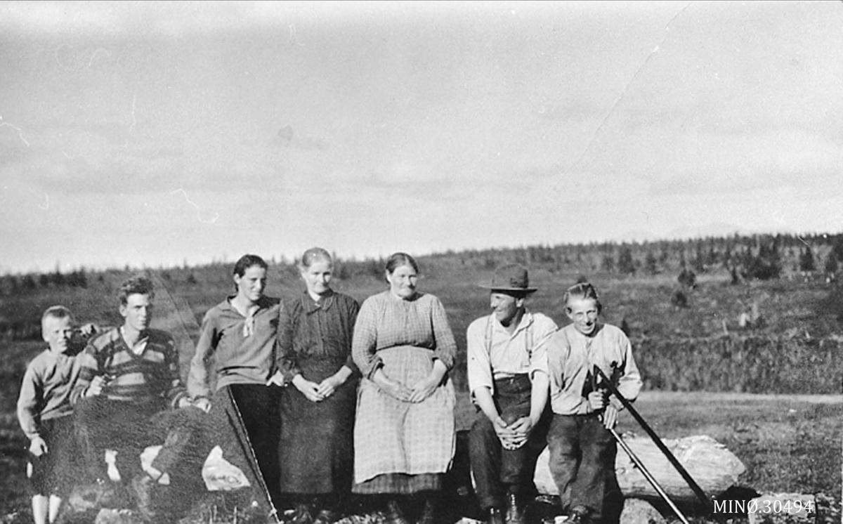 Vangvollen seter. Fra venstre: Kjell Granerud, Lidvind Otnes, Inger Trebekk, Lina Brattbakken, Petter Otnes og Bjarne Otnes