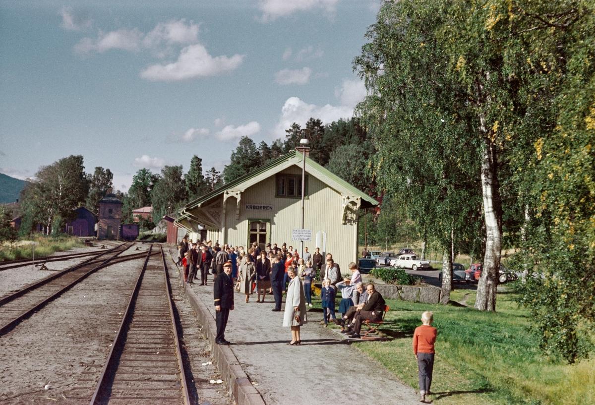 Oversiktsbilde fra Krøderen stasjon fra A/L Hølandsbanens veterantog fra Krøderen til Drammen. Toget trekkes av damplokomotiv 18c 245. Fotokjøring ved Kløftefoss.