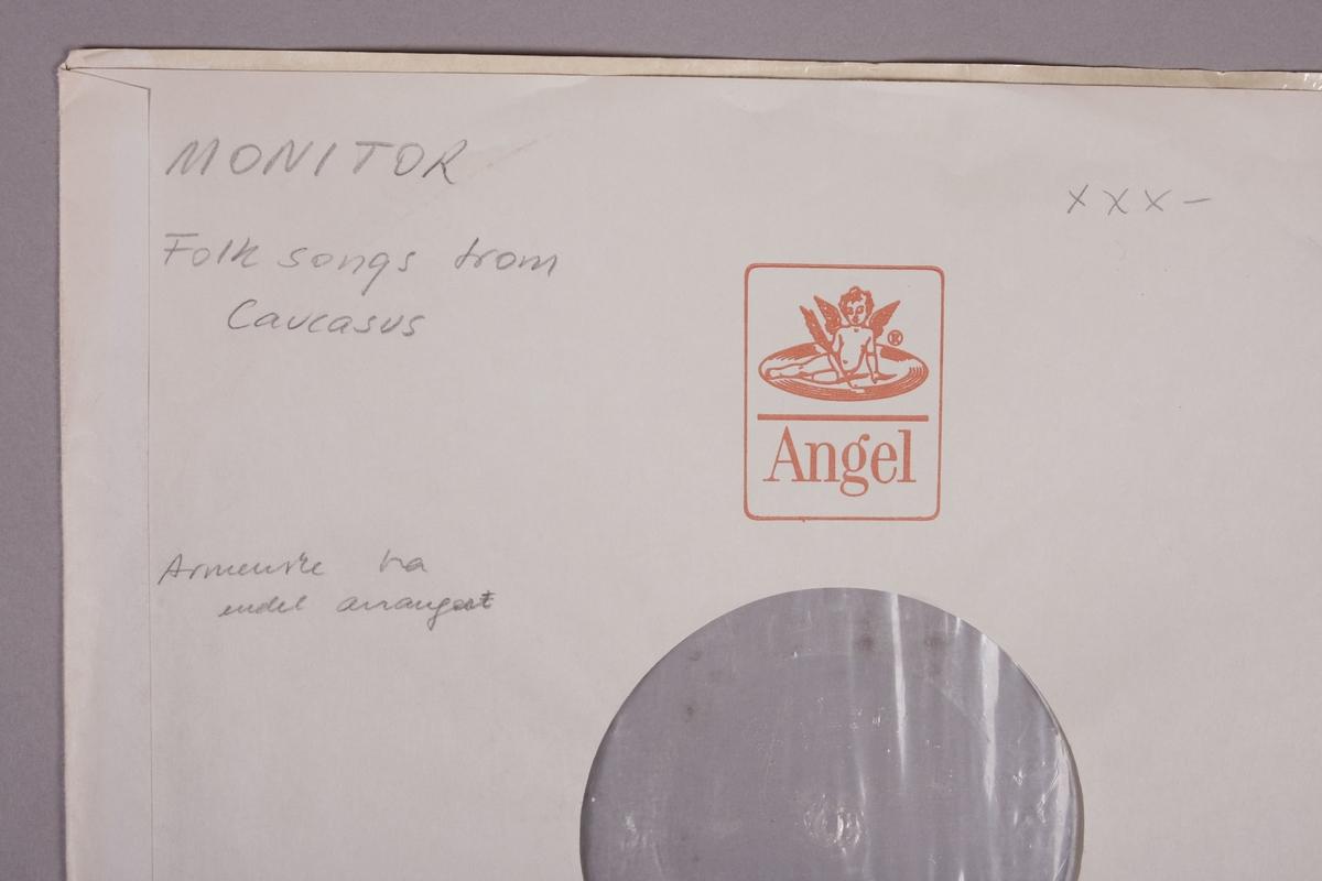 """Grammofonplate i svart vinyl. Plata ligger i ei papirlomme med plastfôr stempelet """"Angel Records"""". Inneholder et lite notatark, samt tre sammenfoldede A4-ark (se bilder)."""