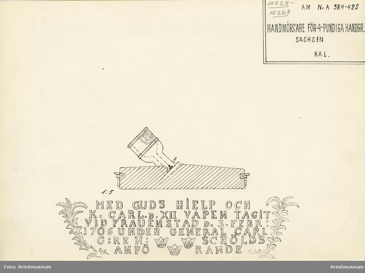 Grupp A II. Mörsare för 4-pundiga handgranater. Samhörande block av trä.  På mörsaren finns följande inskrift: MED GUDS HIELP OCH / K.  CARL D. XII TAGIT VID FRAUENSTAD D.3.FEBR: / 1706 UNDER GENERAL  CARL / G: RENSCHÖLDS / ANFÖRANDE.